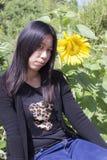 Mujer tailandesa del retrato con los girasoles Imagen de archivo libre de regalías