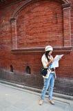 Mujer tailandesa del viajero con el mapa en Thamel Katmandu Imágenes de archivo libres de regalías