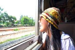 Mujer tailandesa del viajero en el tren ferroviario en Tailandia Fotos de archivo libres de regalías