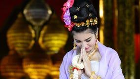Mujer tailandesa en el traje tradicional de Tailandia almacen de metraje de vídeo
