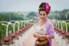 Mujer tailandesa en el traje tradicional de Tailandia imágenes de archivo libres de regalías