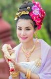 Mujer tailandesa en el traje tradicional de Tailandia fotografía de archivo