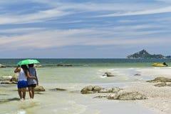 Mujer tailandesa en la playa Imagenes de archivo