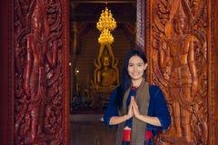 Mujer tailandesa que lleva el vestido tailandés típico, cultura de la identidad de Thail imagen de archivo