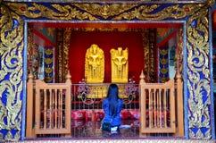 Mujer tailandesa que ruega a Angel Statue de la capilla del pilar de la ciudad de Suphanburi Imagen de archivo