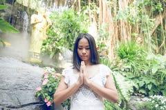 Mujer tailandesa que ruega en un templo budista Fotografía de archivo libre de regalías
