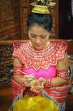 Mujer tailandesa que talla Apple Imágenes de archivo libres de regalías