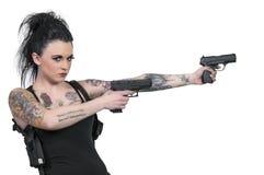 Mujer tatuada con las pistolas fotos de archivo libres de regalías