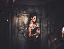 Mujer tatuada en interior fantasmagórico fotos de archivo libres de regalías