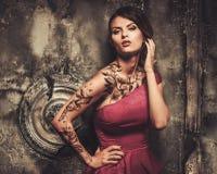 Mujer tatuada en viejo interior Foto de archivo libre de regalías