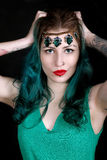 Mujer tatuada hermosa con el lápiz labial rojo que lleva la venda de lujo Foto de archivo libre de regalías