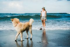 Mujer tatuada que camina en la playa Fotografía de archivo libre de regalías