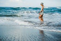 Mujer tatuada que camina en la playa Imagen de archivo libre de regalías
