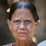 Mujer tatuada tribu de Chin del retrato Mrauk U, Myanmar Fotos de archivo