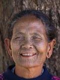 Mujer tatuada tribu de Chin del retrato Mrauk U, Myanmar Imagen de archivo