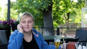 Mujer, teléfono móvil, almuerzo, atractivo, terraza del verano metrajes