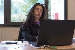 Mujer tensionada en el trabajo Fotos de archivo libres de regalías