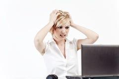 Mujer tensionada en oficina imagen de archivo libre de regalías