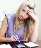 Mujer tensionada que tiene problemas financieros Imágenes de archivo libres de regalías