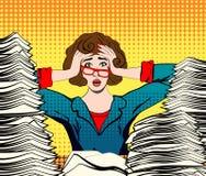 Mujer tensionada Trabajador tensionado empresaria en pánico una chica joven se sienta en su escritorio y lleva a cabo sus manos e Fotografía de archivo