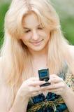 Mujer texting en el teléfono móvil Foto de archivo