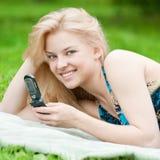 Mujer texting en el teléfono móvil Fotografía de archivo libre de regalías