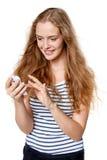 Mujer texting en su teléfono celular Imagen de archivo libre de regalías