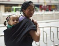 Mujer tibetana con el niño Foto de archivo libre de regalías