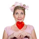 Mujer tonta vestida como niño que agujerea el corazón Fotografía de archivo