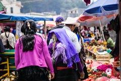 Mujer tradicional del maya en mercado en Chamula México fotos de archivo