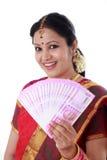Mujer tradicional que lleva a cabo nuevas 2000 notas de la rupia Imágenes de archivo libres de regalías
