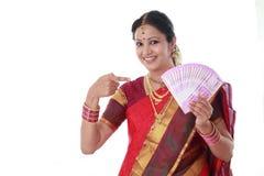 Mujer tradicional que lleva a cabo nuevas 2000 notas de la rupia Fotografía de archivo libre de regalías