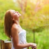 Mujer tranquila en terraza Imagen de archivo