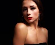 Mujer tranquila hermosa del maquillaje con los labios rojos brillantes Foto de archivo