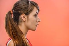 mujer tranquila Oscuro-cabelluda en perfil Foto de archivo