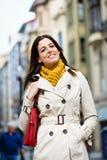 Mujer tranquila satisfecha que camina abajo de la calle Fotos de archivo libres de regalías