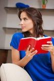 Mujer tranquila y seria con el libro Imagenes de archivo