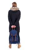 Mujer trasera de la visión en chaqueta del invierno con la mochila Fotografía de archivo libre de regalías