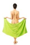 Mujer trasera de la visión envuelta en la toalla que muestra su vago Foto de archivo libre de regalías