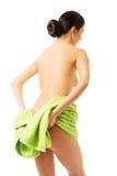 Mujer trasera de la visión envuelta en la toalla que muestra su vago Imagen de archivo libre de regalías