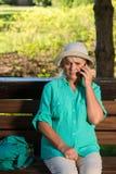 Mujer trastornada con un teléfono Foto de archivo libre de regalías