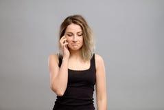 Mujer trastornada que habla en el teléfono Fotografía de archivo libre de regalías
