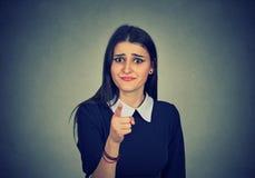 Mujer trastornada que señala y que culpa imagen de archivo
