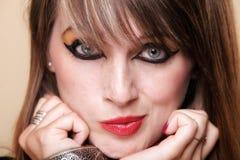 Mujer traviesa del retrato en el maquillaje de Cleopatra Foto de archivo