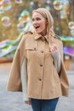 Mujer trenzada feliz del pelo en Autumn Outfit Imagenes de archivo