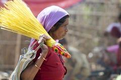 Mujer tribal con la escoba imagenes de archivo
