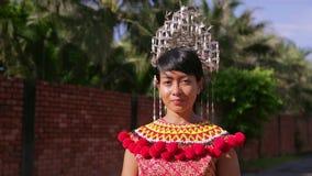 Mujer tribal de Iban con ropa tradicional metrajes