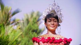Mujer tribal de Iban con ropa tradicional almacen de video