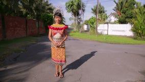 Mujer tribal de Iban con ropa tradicional almacen de metraje de vídeo