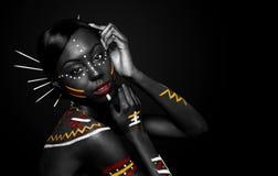 Mujer tribal de la belleza con maquillaje Fotos de archivo